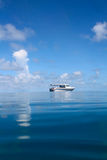 Paisaje marino con el barco fotografía de archivo
