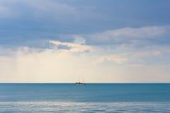 Paisaje marino con el barco. imagenes de archivo