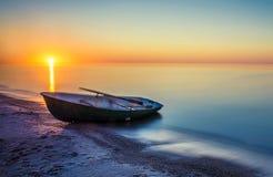 Paisaje marino con el barco de pesca Foto de archivo libre de regalías