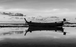 Paisaje marino con el barco en blanco y negro crepuscular Imágenes de archivo libres de regalías