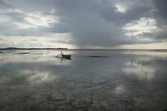 Paisaje marino con el barco en Gili Air, Lombok, Indonesia Foto de archivo