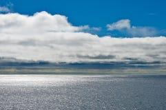 Paisaje marino con el cielo azul y las nubes Fotografía de archivo