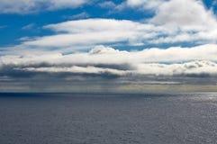 Paisaje marino con el cielo azul y las nubes Fotos de archivo