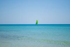 Paisaje marino con el velero imagen de archivo