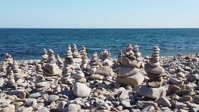 Paisaje marino con la costa costa rocosa almacen de metraje de vídeo