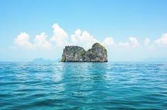 Paisaje marino con la isla de la roca en el mar tropical Fotos de archivo libres de regalías