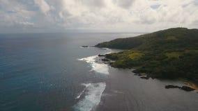 Paisaje marino con la isla, la playa, las rocas y las ondas tropicales Catanduanes, Filipinas metrajes