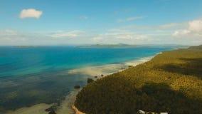 Paisaje marino con la isla, la playa, las rocas y las ondas tropicales Siargao, Filipinas metrajes