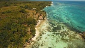 Paisaje marino con la isla tropical, playa, centro turístico, hoteles Bohol, área de Anda, Filipinas almacen de metraje de vídeo