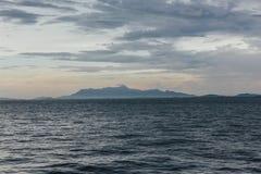 Paisaje marino con la nube que llueve y la montaña en la oscuridad de George Town, Penang, Malasia Fotos de archivo libres de regalías
