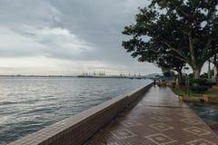 Paisaje marino con la nube que llueve y la montaña en la oscuridad de George Town, Penang, Malasia Imagen de archivo libre de regalías