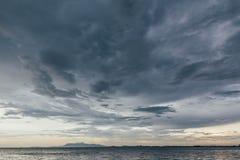 Paisaje marino con la nube que llueve y la montaña en la oscuridad de George Town, Penang, Malasia Imagen de archivo