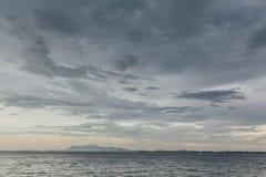 Paisaje marino con la nube que llueve y la montaña en la oscuridad de George Town, Penang, Malasia Foto de archivo libre de regalías