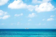 Paisaje marino con la pequeña isla en el mar tropical Foto de archivo libre de regalías