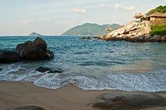 Paisaje marino con la playa y el centro turístico tropicales Foto de archivo