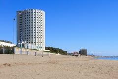 Paisaje marino con la torre del campamento de verano en Massa, Italia fotos de archivo