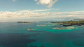 Paisaje marino con las islas y agua tropicales de la turquesa almacen de video