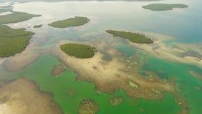 Paisaje marino con las lagunas y las islas almacen de metraje de vídeo