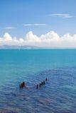Paisaje marino con las nubes blancas Fotos de archivo libres de regalías