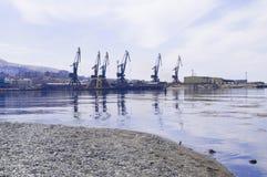Paisaje marino con las piedras Mar y ondas azules Terraplén y faro Imagen de archivo