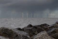 Paisaje marino con las porciones de generadores de los molinoes de viento Fotografía de archivo