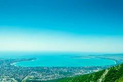 Paisaje marino con las rocas, el cielo azul y las montañas del Cáucaso en el Mar Negro fotografía de archivo libre de regalías