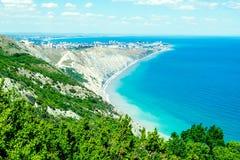 Paisaje marino con las rocas, el cielo azul y las monta?as del C?ucaso en el Mar Negro imagenes de archivo