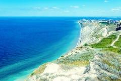 Paisaje marino con las rocas, el cielo azul y las monta?as del C?ucaso en el Mar Negro fotos de archivo libres de regalías
