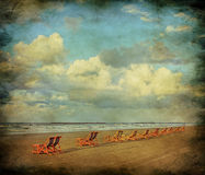 Paisaje marino con las sillas de playa imagen de archivo libre de regalías