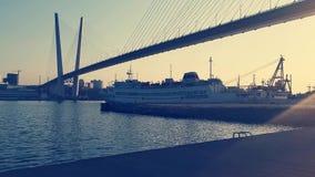 Paisaje marino con las vistas de la bahía, del puente de oro y de la nave en el embarcadero