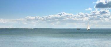 Paisaje marino con los barcos fotos de archivo