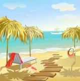 Paisaje marino con los paraguas y sunbed Fotografía de archivo libre de regalías