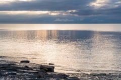 Paisaje marino con un cielo dramático Imagen de archivo libre de regalías