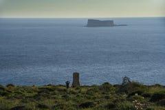 Paisaje marino con una pequeña isla y el monumento en memoria de Sir Walter Norris Congreve en Malta foto de archivo