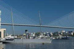 Paisaje marino con vistas al puente de oro en un fondo del cielo azul fotografía de archivo