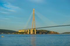 Paisaje marino con vistas al puente ruso imagen de archivo