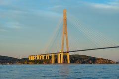 Paisaje marino con vistas al puente ruso foto de archivo
