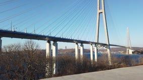 Paisaje marino con vistas del puente ruso en el horizonte