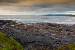 Paisaje marino costero escénico irlandés vibrante Imagen de archivo libre de regalías