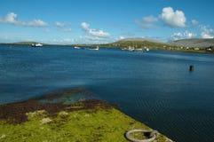 Paisaje marino costero escénico irlandés vibrante Fotografía de archivo