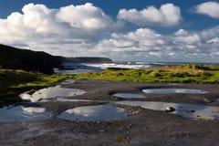 Paisaje marino costero escénico irlandés vibrante Foto de archivo libre de regalías