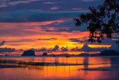 Paisaje marino crepuscular de la puesta del sol en la playa en Tailandia Fotos de archivo