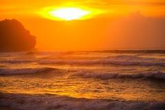 Paisaje marino de Bali con las ondas enormes en la playa blanca ocultada hermosa de la arena Foto de archivo libre de regalías