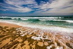 Paisaje marino de Bali con las ondas enormes en la playa blanca ocultada hermosa de la arena Fotografía de archivo