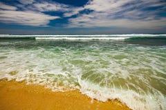 Paisaje marino de Bali con las ondas enormes en la playa blanca ocultada hermosa de la arena Imagen de archivo libre de regalías