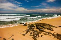 Paisaje marino de Bali con las ondas enormes en la playa blanca ocultada hermosa de la arena Foto de archivo