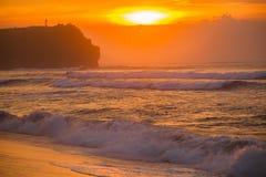 Paisaje marino de Bali con las ondas enormes en la playa blanca ocultada hermosa de la arena Imagenes de archivo