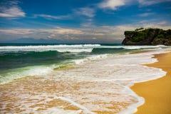 Paisaje marino de Bali con las ondas enormes en la playa blanca ocultada hermosa de la arena Imágenes de archivo libres de regalías