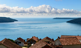 Paisaje marino de la bahía de Kotor Fotos de archivo