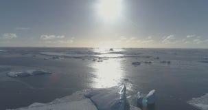 Paisaje marino de la costa del agua abierta del océano de la Antártida aéreo almacen de video